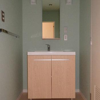 可愛い独立洗面台!壁紙は実際は濃いめのブルーです(※写真は同間取り別部屋のものです)