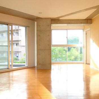 窓の外にはグリーンも見えます。良いマンション (※写真は同間取り別部屋のものです)