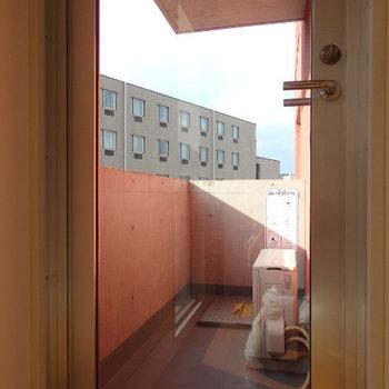 バルコニーに通じるドアもガラス張りです(※写真は同間取り別部屋のものです)
