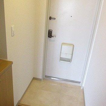 玄関も広めです、シューズボックスもあります。 (※写真は11階の同間取り別部屋のものです)