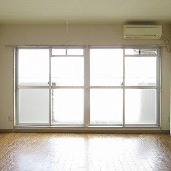 窓が大きい!それだけで開放感あります。 (※写真は11階の同間取り別部屋のものです)