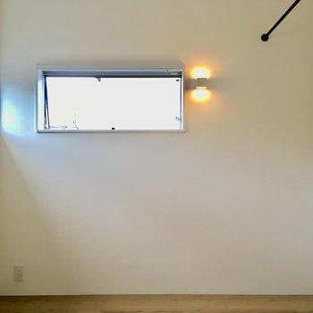 【3階】上がって右側を向くと。小窓がふたつ。