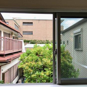 【2階】バルコニーはありません。眺望はご近所さん。
