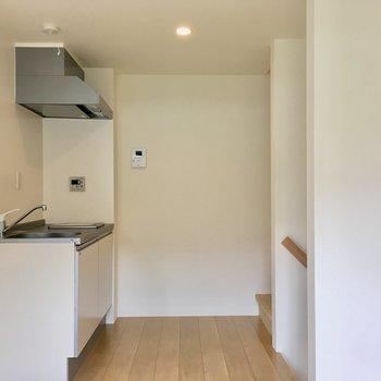【2階】上がってすぐ前にキッチン。冷蔵庫は左に並べて。