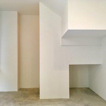 【1階】玄関を入ると…コンクリの床が。趣味の部屋にいいですね。