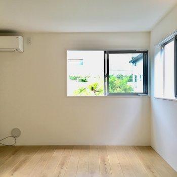 【2階】上がって右を向くと。エアコン付きです。