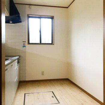 【LDK】広々としたキッチンスペース。小窓付きです。