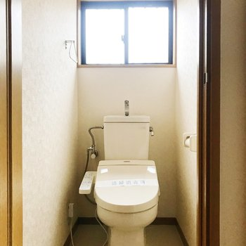 【下階】トイレはお隣に。