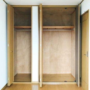 【西側洋室5帖】床から天井に伸びる収納。2シーズン分は入りそうです。