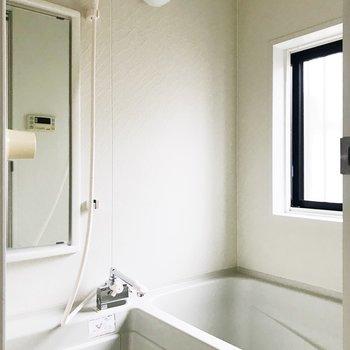 【下階】小窓付きお風呂。換気good。