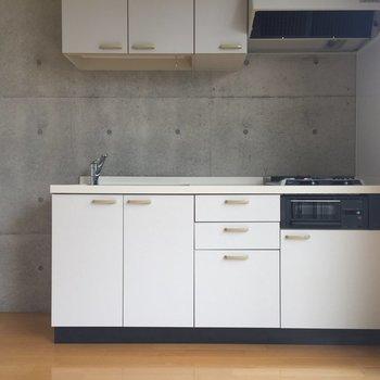 冷蔵庫はキッチン横に※写真は2階の同間取り別部屋のものです