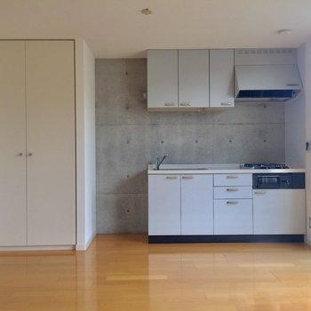 コンクリートと木調の色味が丁度良い※写真は2階の同間取り別部屋のものです