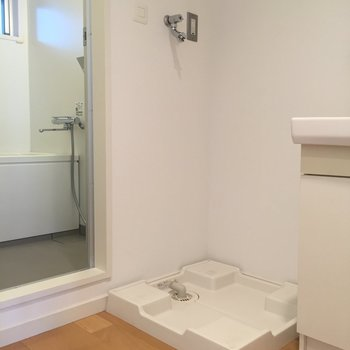 洗面台横に洗濯機を※写真は2階の同間取り別部屋のものです
