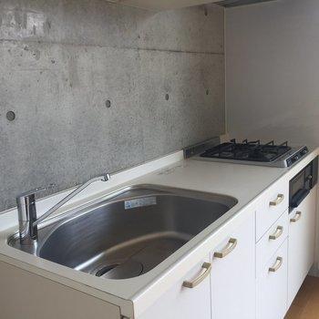 真っ白なキッチンがかわいい※写真は2階の同間取り別部屋のものです