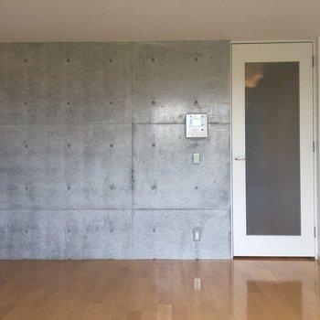 間接照明や観葉植物を置いてみようかな※写真は2階の同間取り別部屋のものです