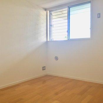 【洋室】高い位置に窓があります※写真は2階の同間取り別部屋のものです