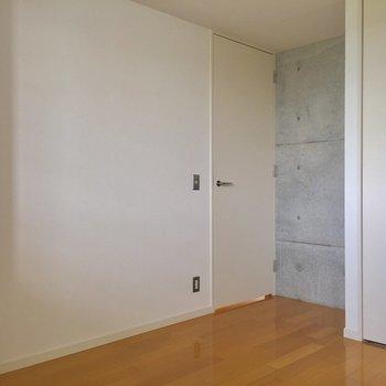 【洋室】寝室は白が基調になっていて落ち着く空間※写真は2階の同間取り別部屋のものです