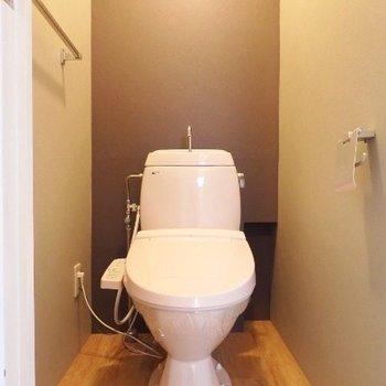 シックなトイレ(※写真は4階の同間取り別部屋のものです)