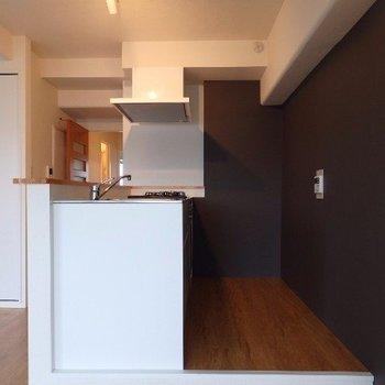 1段上がったところにキッチン(※写真は4階の同間取り別部屋のものです)