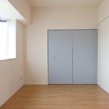 洋室のクローゼットはライトブルー(※写真は4階の同間取り別部屋のものです)