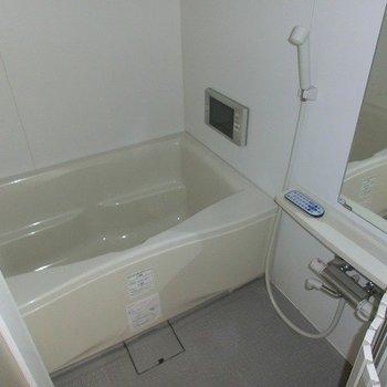 浴室乾燥機つきのゆったりバス(※写真は8階の同間取り別部屋のものです)