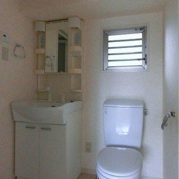 脱衣所にトイレと洗面台と(※写真は8階の同間取り別部屋のものです)