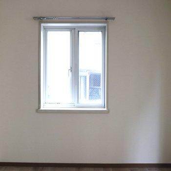 【洋室6.0帖】出窓からも日差しが入ります