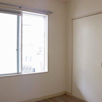 【洋室5.5帖】右は入口の引き戸