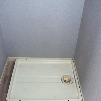 向かいにある洗濯機置場