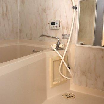 大理石風の壁が素敵なお風呂