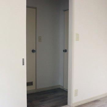 【洋室5.5帖】入口から廊下を見ると