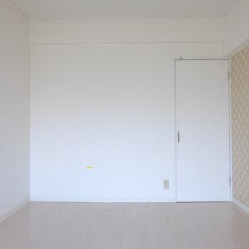 洋室は可愛らしい壁紙
