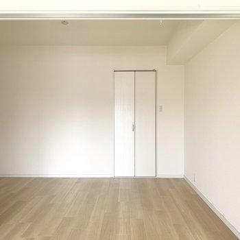 リビング隣の6帖の洋室、本棚置いてみたり、ちょこっとワークスペースにしてみたり、、