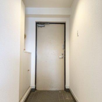 玄関はちょうどいい広さ。靴もいくつか出しておけるかな。