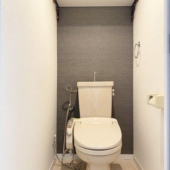 トイレは棚とウォシュレット付き。