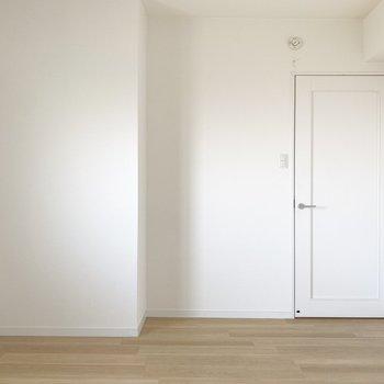 こっちのお部屋は寝室にしよう。ダブルベッドだって余裕でおけちゃう。