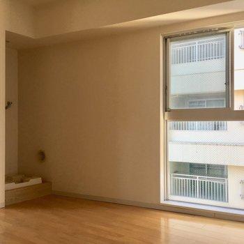 少し右に目をやるとこちらにも窓が。※写真は10階の同間取り別部屋のものです