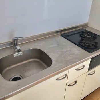 コンロ2口、調理台、収納よし!!※写真は10階の同間取り別部屋のものです