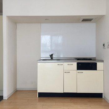 キッチンがあります。冷蔵庫置場もしっかり確保。※写真は10階の同間取り別部屋のものです