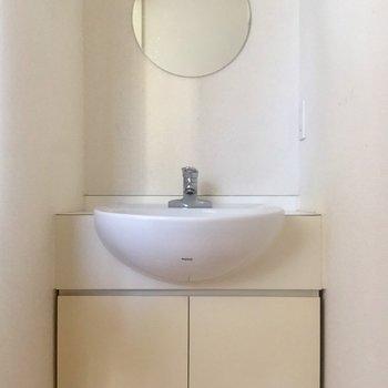 丸い鏡がポイントの洗面台です。※写真は10階の同間取り別部屋のものです