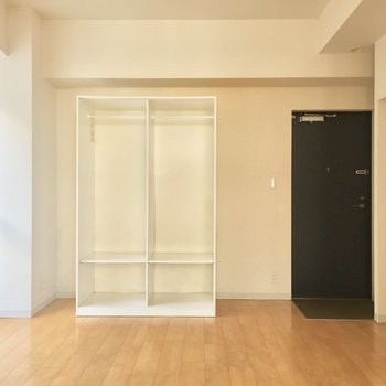 階段の上から。収納は見せるタイプです。右側には、、※写真は10階の同間取り別部屋のものです