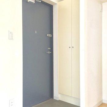 玄関スペース。扉の色がかっこいいです※写真は10階の同間取り別部屋のものです