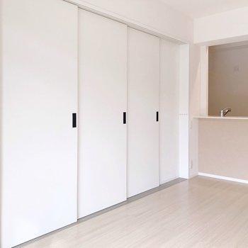 隣の洋室とは、このように引き戸で仕切れます。(※写真は1階の同間取り別部屋のものです)