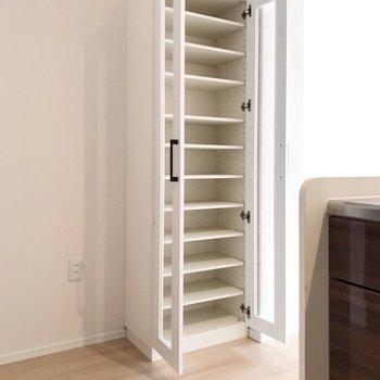 近くには食器棚も備え付け。ここに冷蔵庫を置けますよ。(※写真は1階の同間取り別部屋のものです)