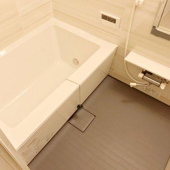 お風呂には浴室乾燥機と追焚機能付き。快適!(※写真は1階の同間取り別部屋のものです)