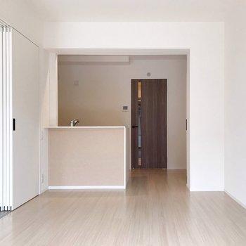 リビングにはナチュラルカラーの対面式キッチン。(※写真は1階の同間取り別部屋のものです)
