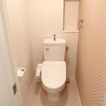 トイレはウォシュレット付きです。(※写真は1階の同間取り別部屋のものです)