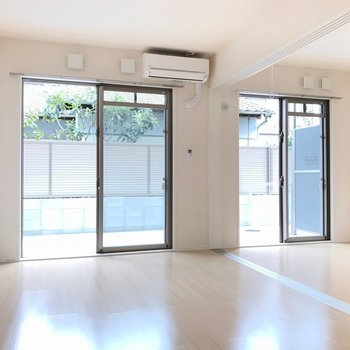 大きな掃き出し窓が2つ。明るい雰囲気も素敵です。