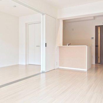 リビングにはナチュラルカラーの対面式キッチン。(※写真は1階の反転間取り別部屋のものです)