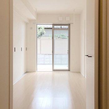 ウォークインクローゼットの中から洋室を。窓側には嬉しい工夫も。(※写真は1階の反転間取り別部屋のものです)
